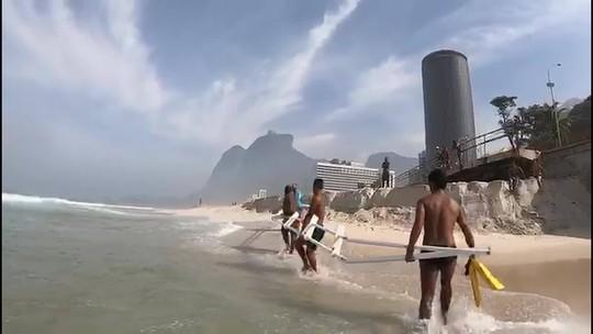 Surfistas encontram destroços da ciclovia Tim Maia no mar de São Conrado, no Rio