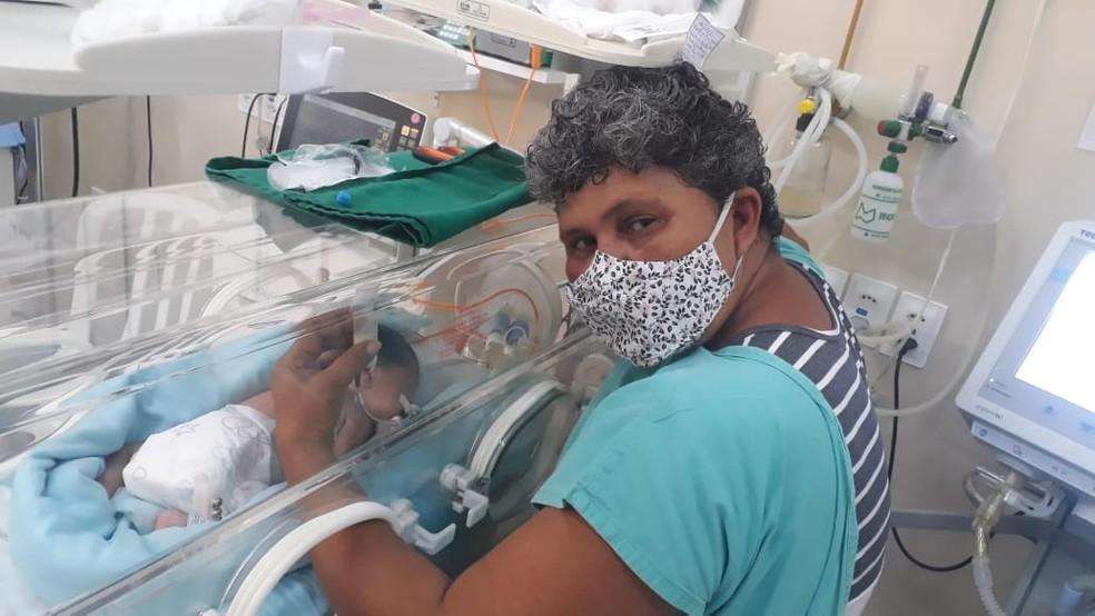 Heitor é acompanhado pela avó na UTI neonatal — Foto: Marli Cardoso/Arquivo pessoal