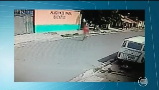 Homem derruba mulher e crianças para roubar moto; confira o vídeo