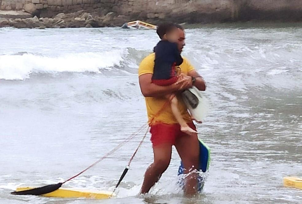 Bombeiro relata que chorou de emoção ao salvar criança que estava em processo de afogamento em Guarujá, SP — Foto: Divulgação/GBMar