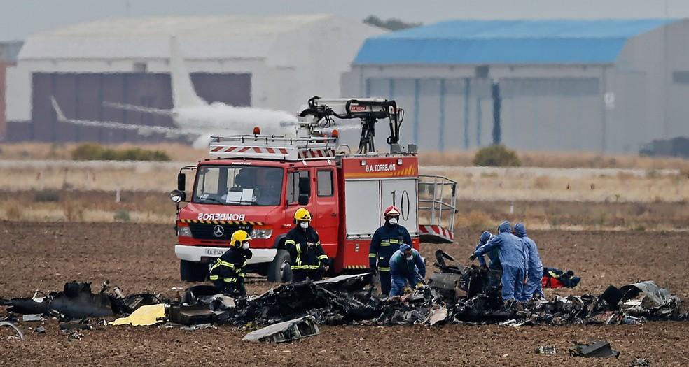 Serviços de emergência foram mobilizados após queda de avião militar na região de Madri, na Espanha, nesta terça-feira (17)  (Foto: Paul White/ AP)