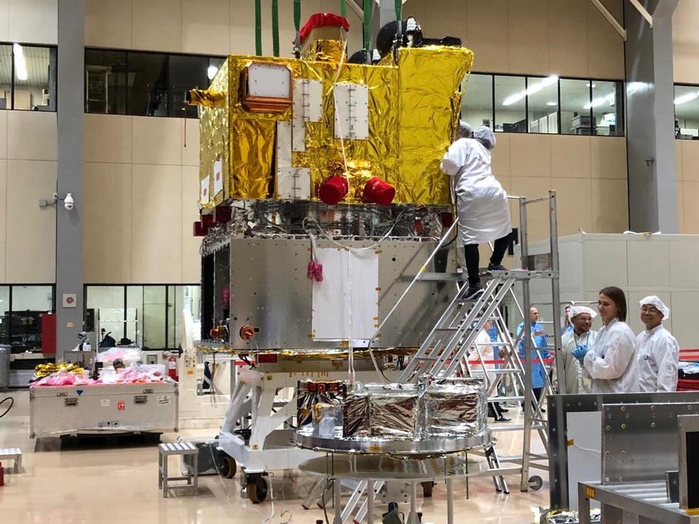Satélites Cbers-4A foi testado no laboratório do Inpe — Foto: André Luís Rosa/TV Vanguarda