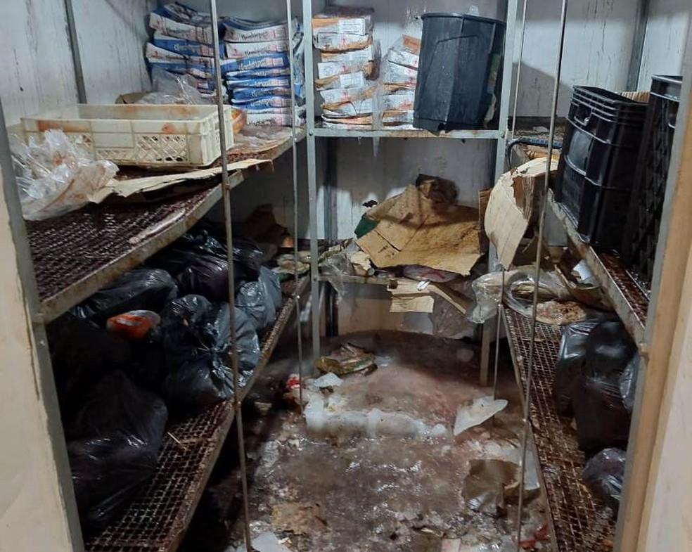 Vigilância Sanitária Municipal autuou um mercado pelo armazenamento inadequado de produtos alimentícios em Presidente Prudente — Foto: Cedida/Secom