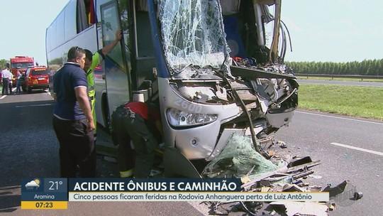 Acidente entre ônibus e caminhão deixa 5 feridos na Rodovia Anhanguera em São Simão, SP