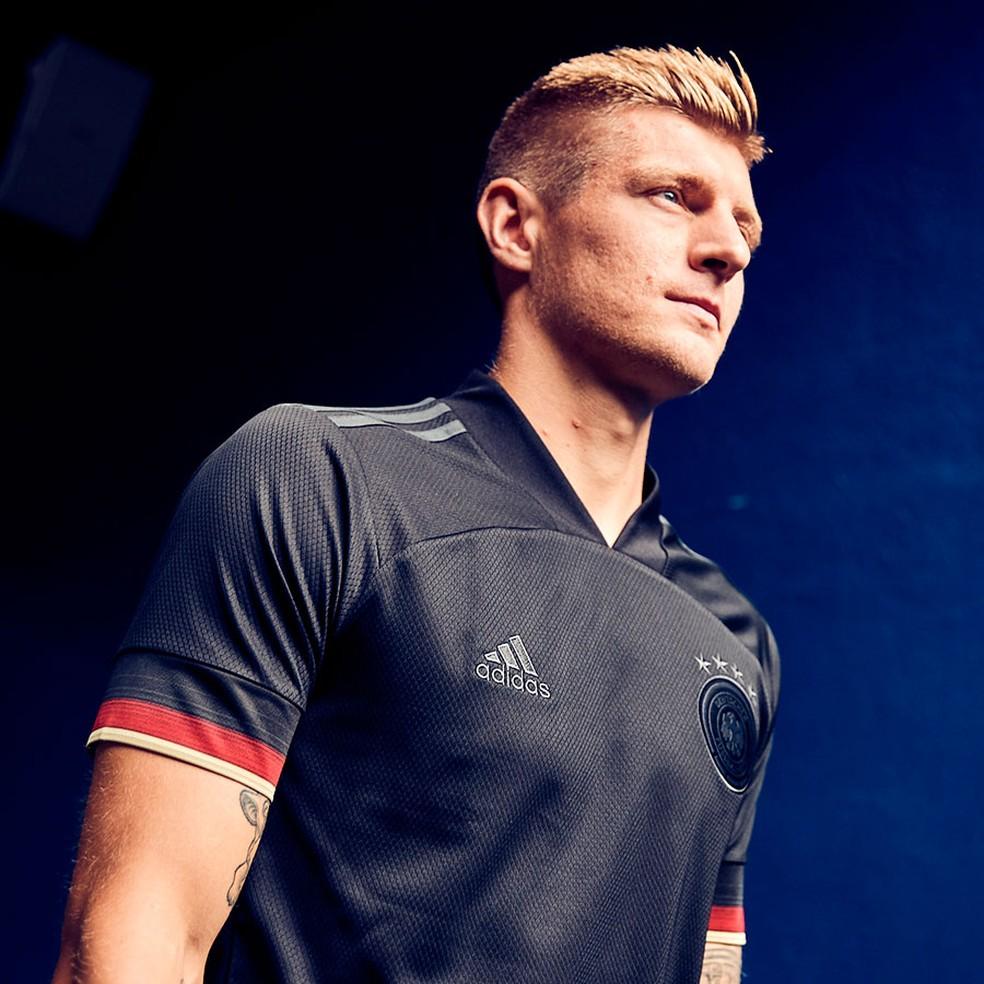 O volante Kroos com a nova camisa visitante da Alemanha, em tom quase todo preto — Foto: Divulgação/Adidas