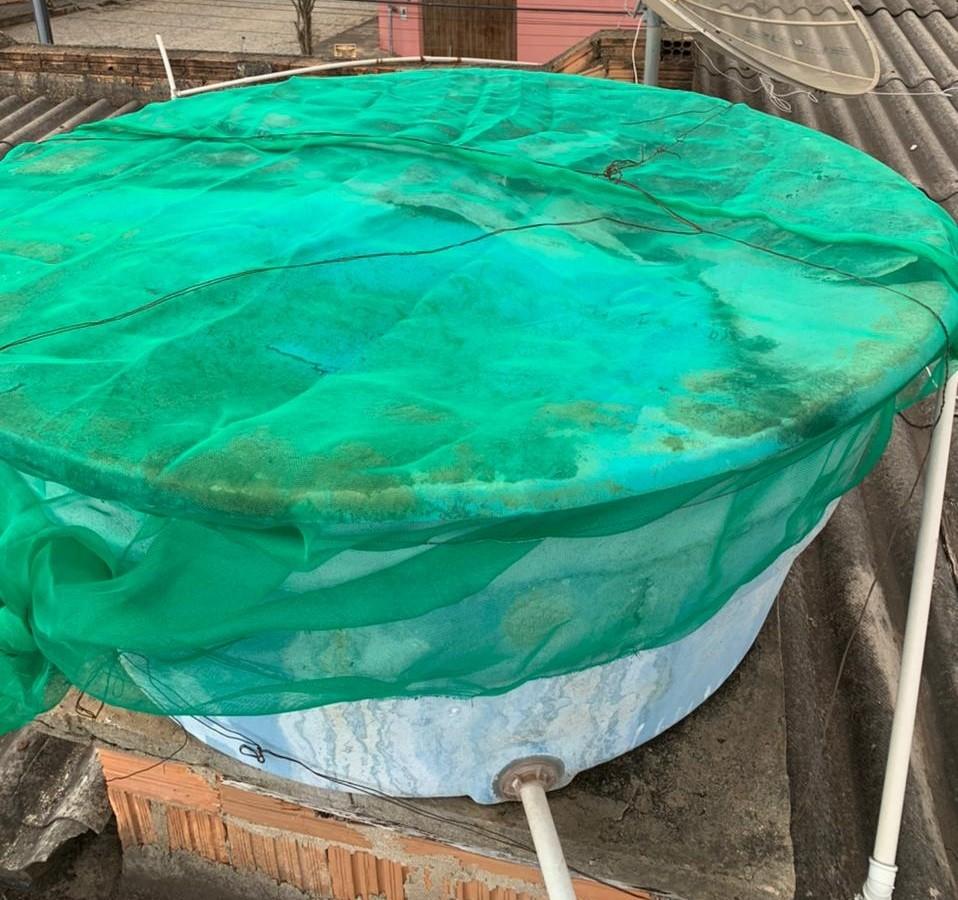 Caixas d'água em casas de Divinópolis recebem telas de proteção contra o mosquito Aedes aegypti