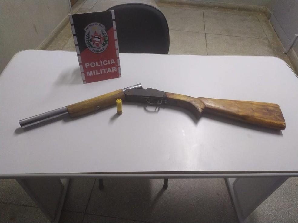 Espingarda foi encontrada pela Polícia Militar em casa das vítimas  — Foto: Polícia Militar/Divulgação