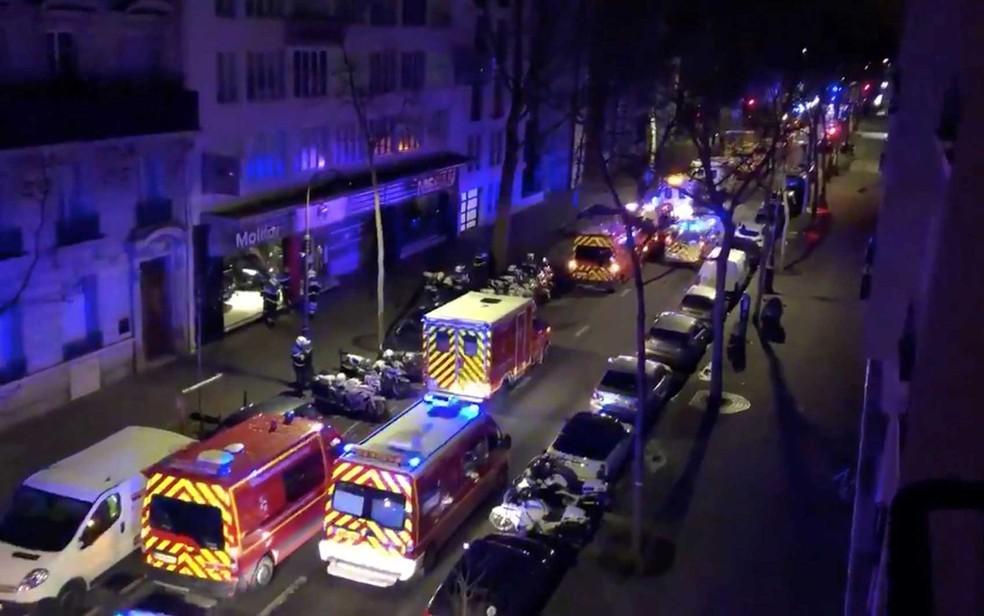 Veículos de emergência ocupam rua onde um prédio residencial pegou fogo em Paris, na França — Foto: Pierre-Alexandre Vezinet / via Reuters