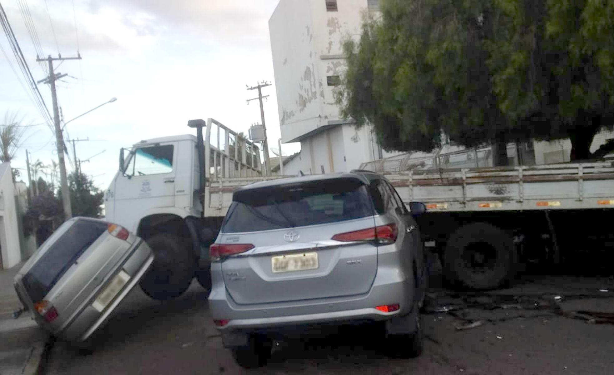 Caminhão da prefeitura se envolve em acidente com quatro veículos em Ourinhos