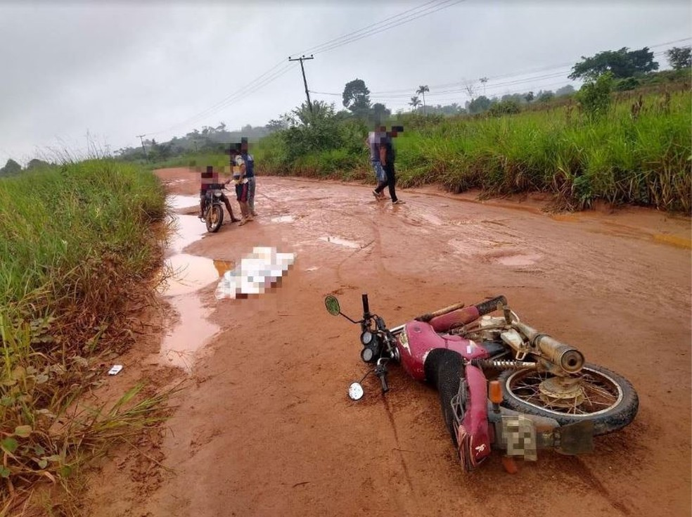 Homem teria morrido após perder o controle da moto e cair — Foto: Reprodução/WhatsApp
