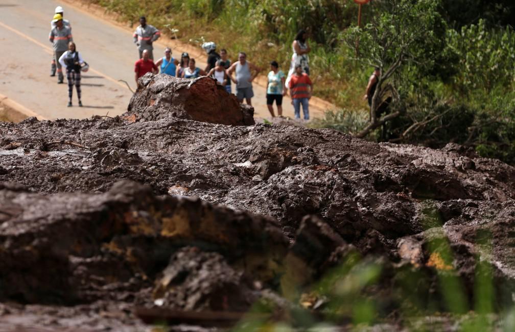 Moradores são vistos em estrada bloqueada depois do rompimento da barragem da Vale, em Brumadinho, neste sábado (26). — Foto: Reuters/Adriano Machado
