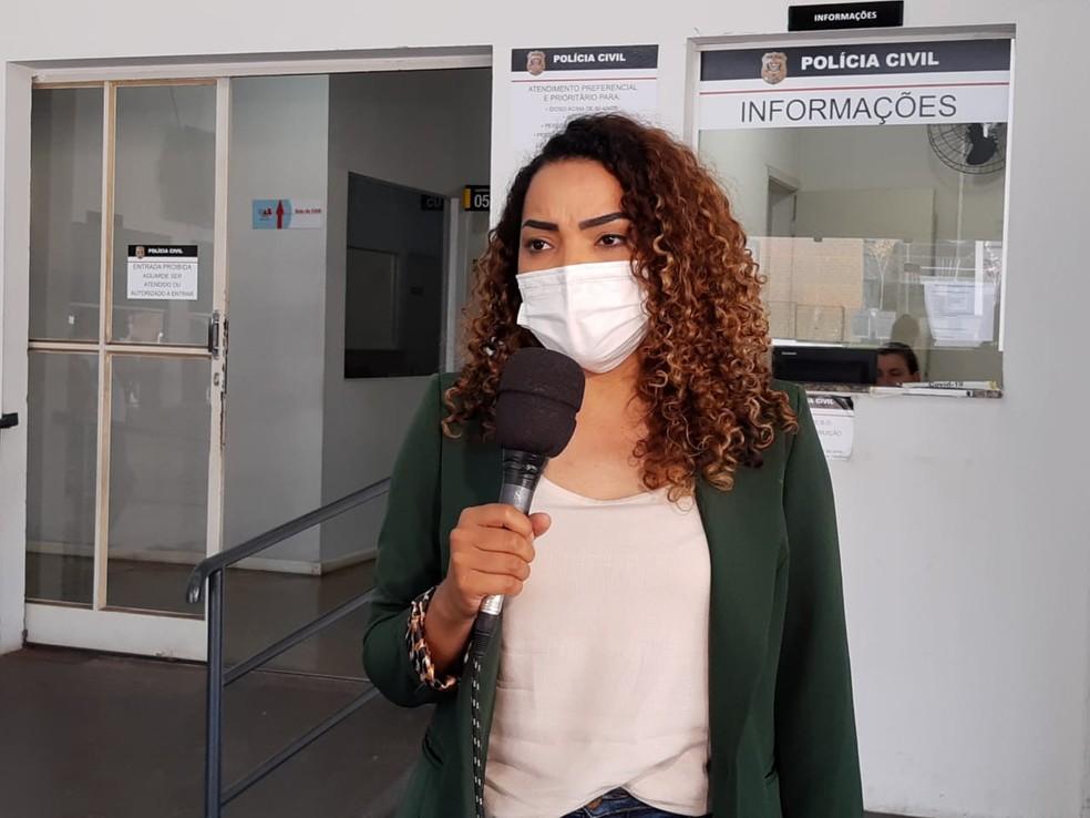 Suéllen Rosim foi à delegacia em Bauru — Foto: Fernando Savioli/TV TEM