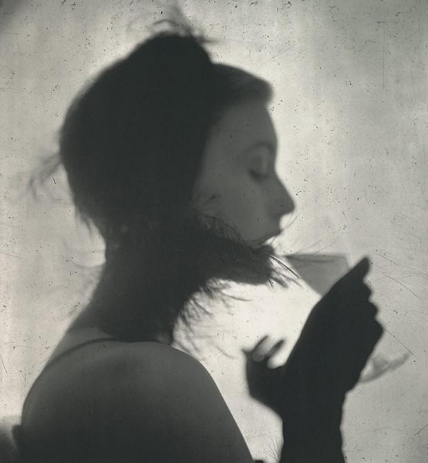 Beleza americana - Garota com um drinque (1949), retrato da icônica modelo norte-americana Mary Jane Russell (Foto: Irving Penn)