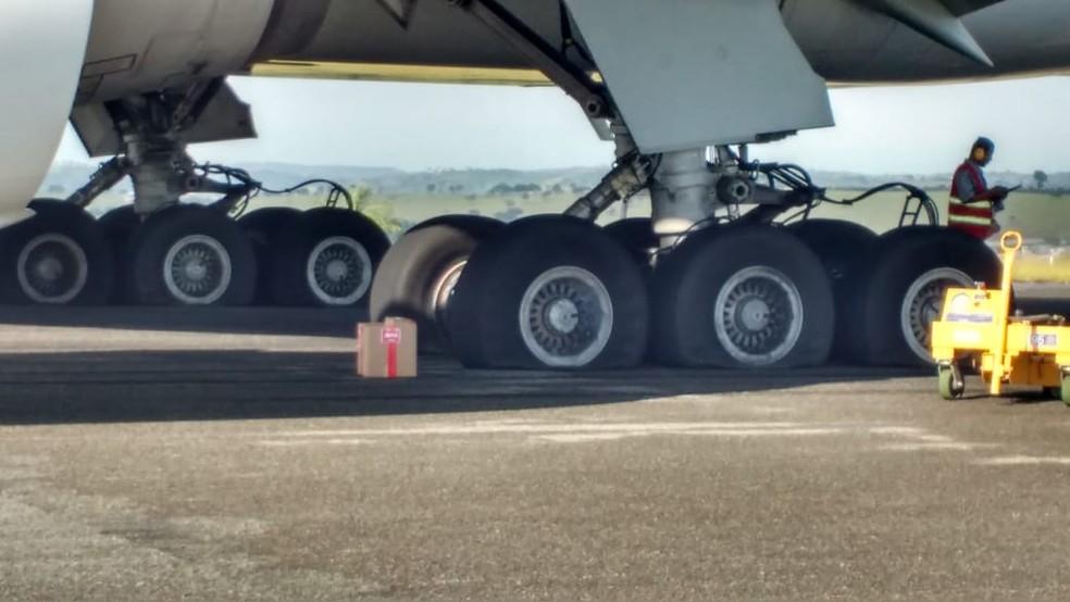 Pneus da aeronave da Latam que fez pouso de emergência em Confins — Foto: Reprodução