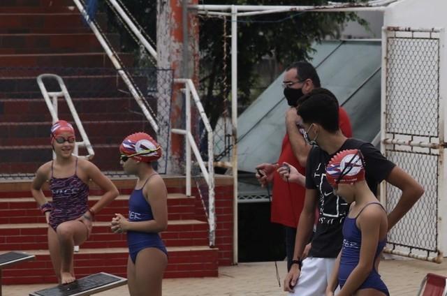 Atualmente, as irmãs participam de competições de natação representando um clube de Santos (Foto: Arquivo pessoal)