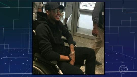 Neymar chega ao Brasil para a cirurgia no pé direito