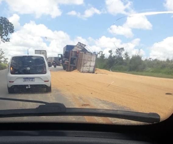 Carreta carregada com milho tomba na BR-040 próximo a Conselheiro Lafaiete, em Minas Gerais
