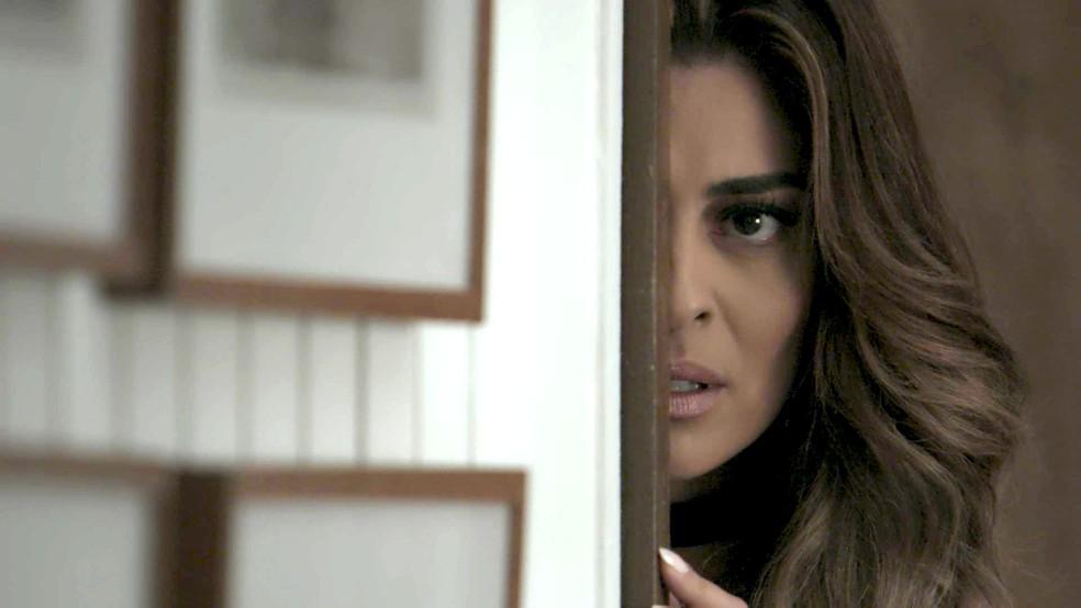 Em 'A Força do Querer', Bibi (Juliana Paes) vê quando Caio (Rodrigo Lombardi) apresenta Jeiza (Paolla Oliveira) como sua namorada — Foto: TV Globo