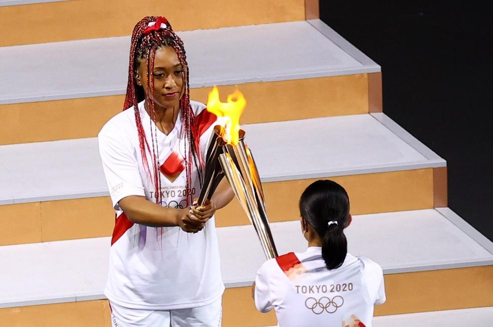 Naomi Osaka acende a pira olímpica em Tóquio — Foto: REUTERS/Mike Blake