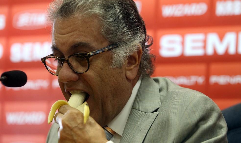 Miguel Aidar coletiva São Paulo banana — Foto: Felipe Rau/Agência Estado