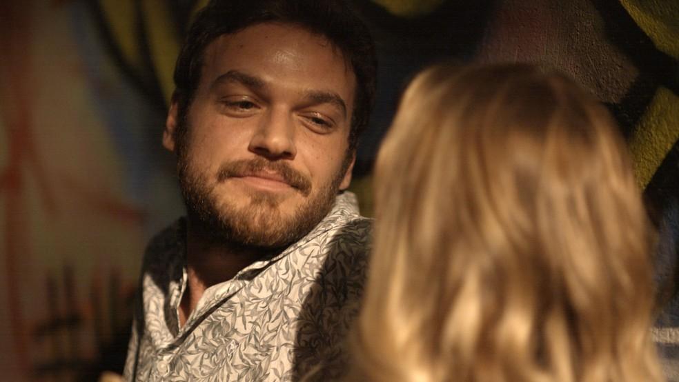 Em 'A Força do Querer', Rubinho (Emilio Dantas) dá dinheiro para Carine (Carla Diaz) colocar silicone — Foto: TV Globo