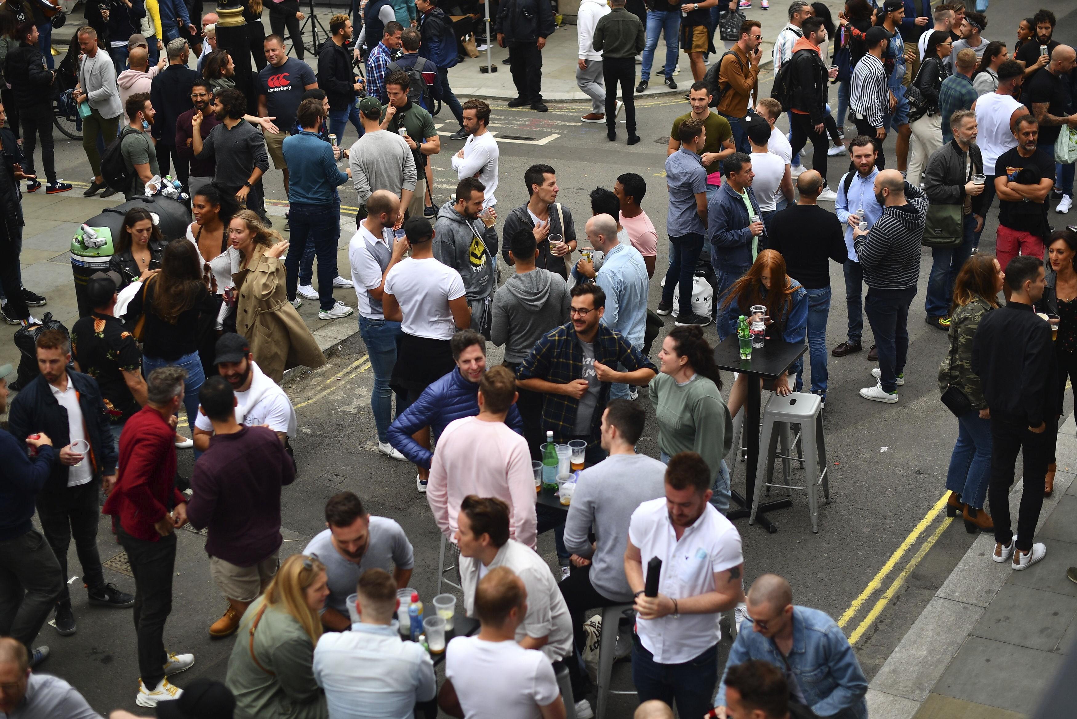 Reabertura de pubs leva multidões em festa às ruas de Londres, apesar do coronavírus