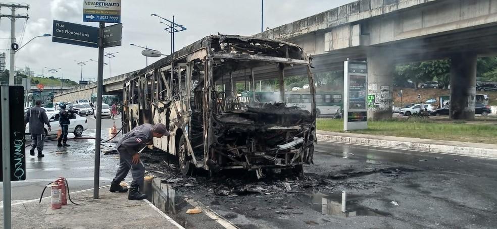 Ônibus destruído após pegar fogo na Rótula do Abacaxi, em Salvador — Foto: Cid Vaz/TV Bahia
