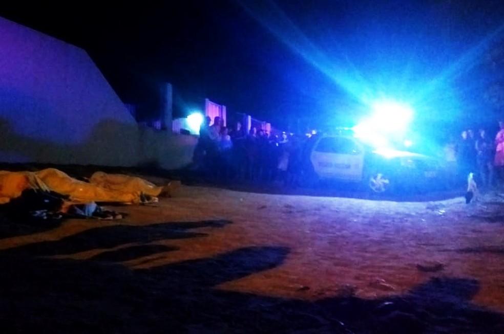 Triplo homicídio aconteceu na Rua do Campo, próximo do cemitério da comunidade de Maçaranduba (Foto: Acson Freitas/Inter TV Cabugi)