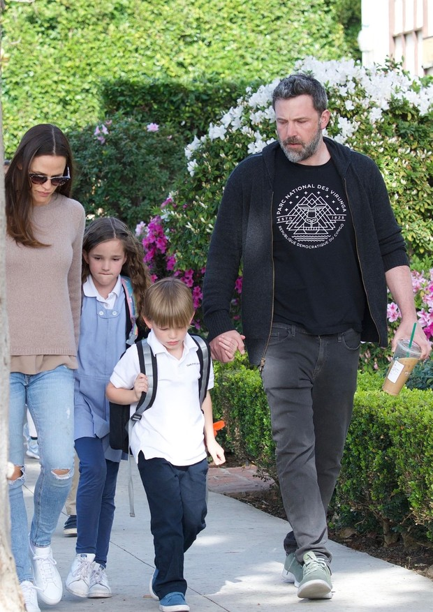 Brentwood, CA  - Former couple Jennifer Garner and Ben Affleck get in some quality time with their kids after school in Brentwood. Ben gave the kids a kiss as they got in the car and headed off without them.Pictured: Jennifer Garner, Ben Affleck, Viol (Foto: Felix / BACKGRID)