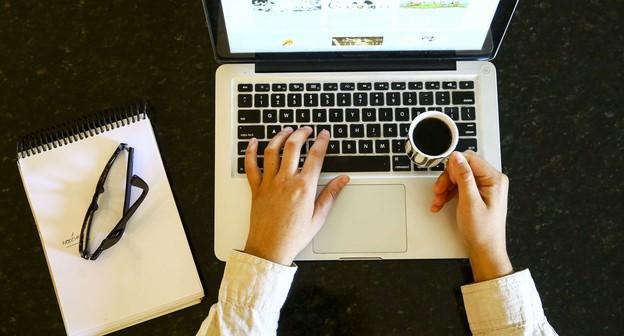 servidores publicos, trabalho presencial, computador, home office,
