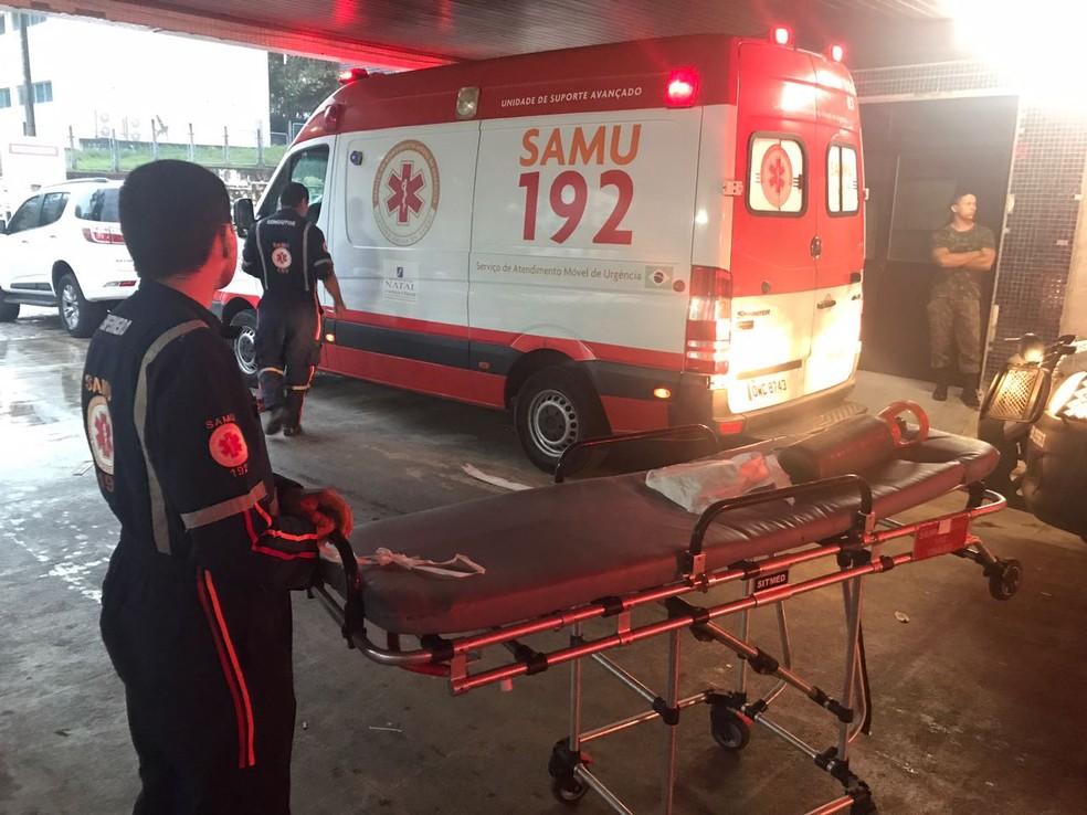 Foto de quando as ambulâncias do Samu ficaram paradas, em agosto, porque as macas foram utilizadas no Hospital Walfredo Gurgel (Foto: Clayton Carvalho/Inter TV Cabugi)