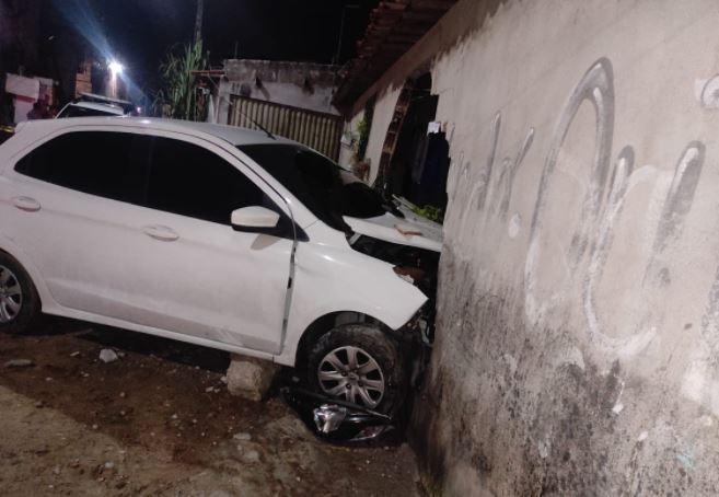 Carro em fuga derruba parte de muro de casa durante perseguição da PM no Bairro Conjunto Esperança, em Fortaleza