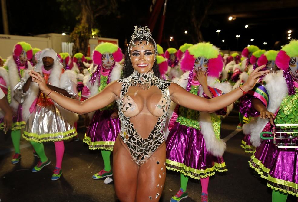 Evelyn Bastos, rainha de bateria da Mangueira, e sua fantasia feita com cacos de vidro (Foto: Marcos Serra Lima/G1)