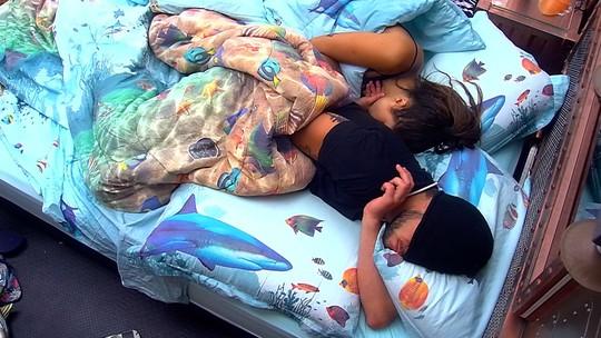 Breno e Paula dormem juntos depois de fazerem Raio-X