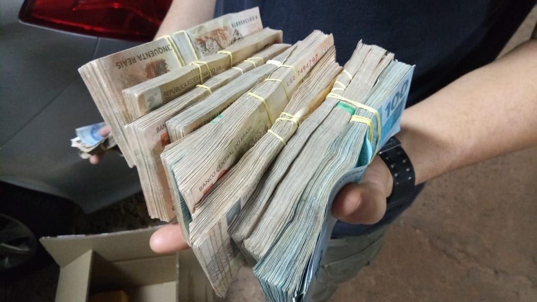 Policial de MS é flagrado na fronteira com R$ 94 mil escondidos em câmbio de carro