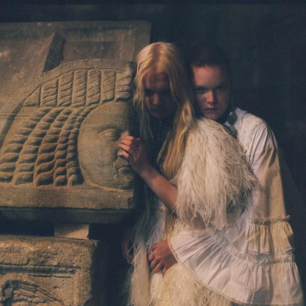 A partir da esquerda, vestido com penas e saia em camadas e vestido com plissados e renda. (Foto: Gia Coppola)