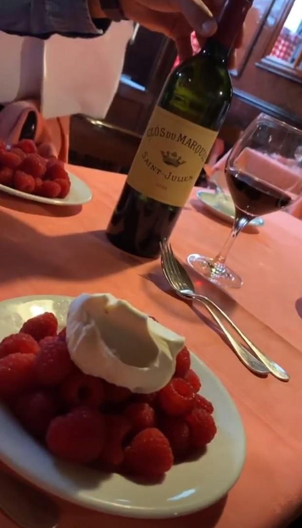 David Beckham desfruta de uma garrafa de vinho de 620 euros em Paris (Foto: Reprodução / Instagram)