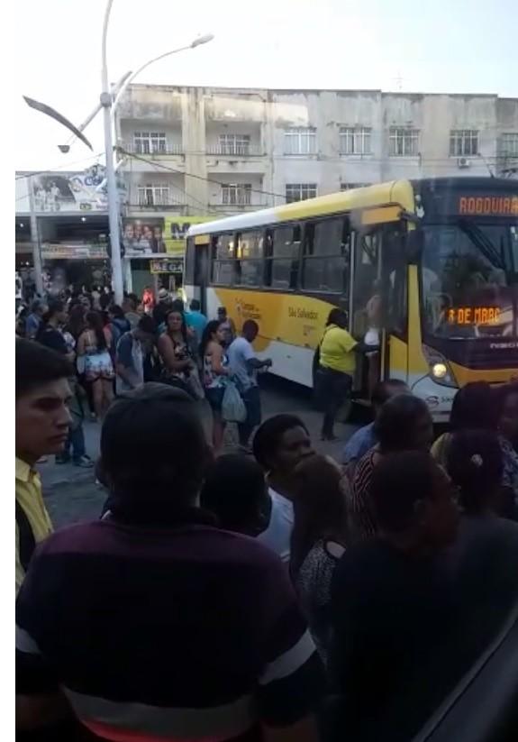 Pontos de ônibus ficam lotados no primeiro dia útil do novo sistema de transporte em Campos, no RJ - Notícias - Plantão Diário
