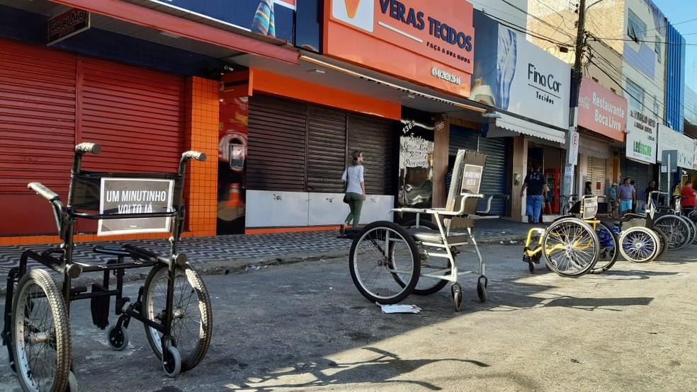 Deficientes físicos protestam em Natal por respeito a vagas em estacionamentos   — Foto: Sérgio Henrique Santos/Inter TV Cabugi