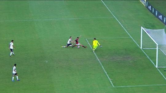 Pênalti para o Flamengo! Vitor Grabeil é derruba por Luan, aos 45' do 2º tempo