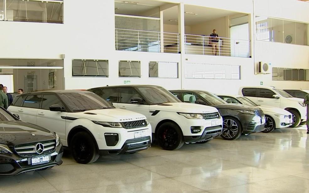 Onze carros de luxo foram apreendidos durante a operação — Foto: Polícia Civil/Divulgação