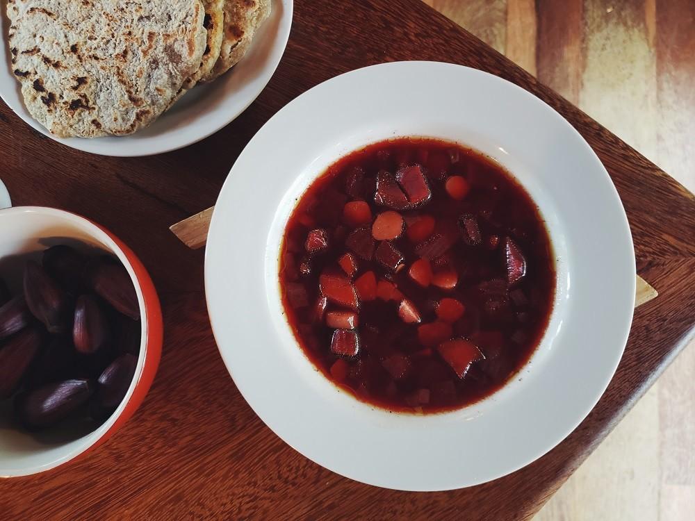 Sopa de beterraba e pinhão