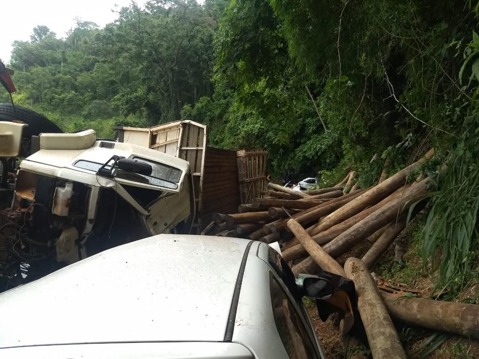Caminhão tombou e toras de madeira atingiram dois carros; duas pessoas morreram na serra em Botucatu — Foto: Corpo de Bombeiros / Divulgação