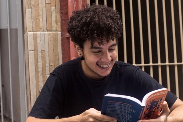 Escritor Alexandre Ribeiro já começou a escrever seu segundo romance — Foto: Lucas Sampaio/ Divulgação