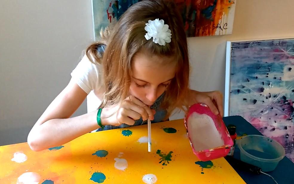 A artista plástica Sofia Cobucci usa técnicas diversas nas suas telas, em Campinas (Foto: Patrícia Teixeira/G1)