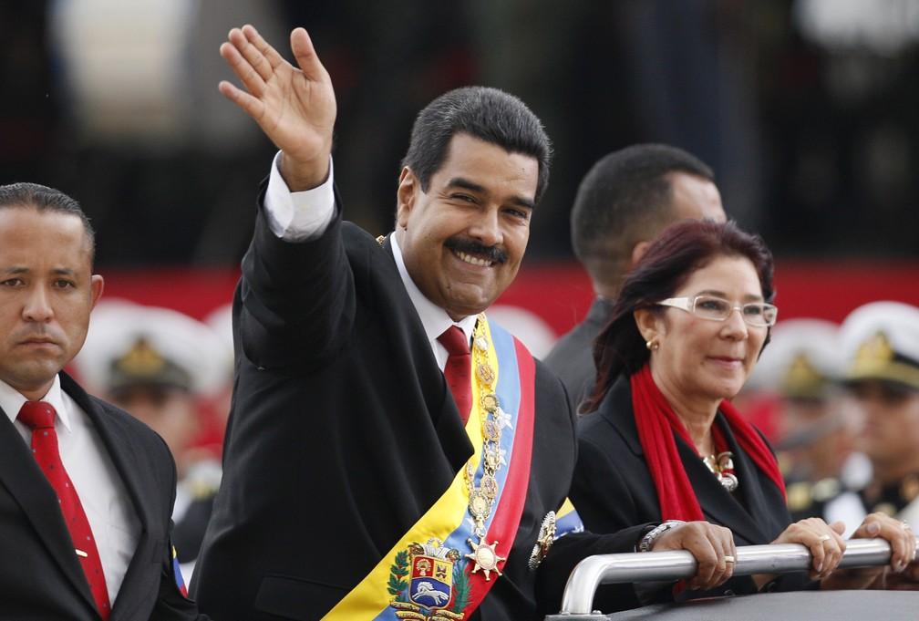 Nicolás Maduro, no dia de sua primeira posse como presidente da Venezuela, em 19 de abril de 2013, ao lado de Cilia Flores — Foto: Ariana Cubillos/AP