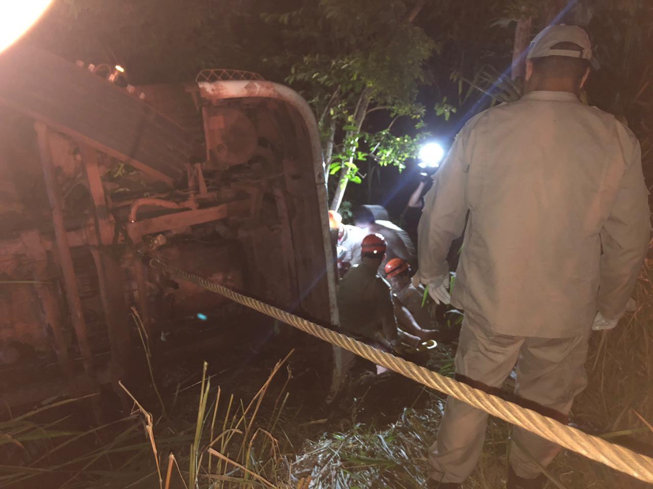 Carreta com ferro tomba em barranco e motorista é retirado das ferragens após três horas de resgate