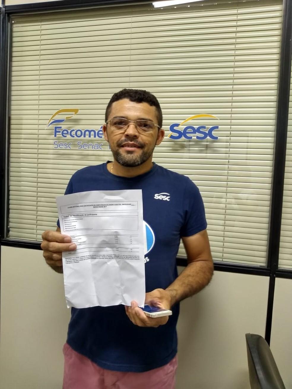 Clecildo, de 38 anos, é coordenador de produção de uma fábrica de calçados de Quixeramobim. Ele fez o Exame Nacional de Ensino Médio da EJA e atingiu o perfil. Receberá o certificado do ensino médio. — Foto: Divulgação
