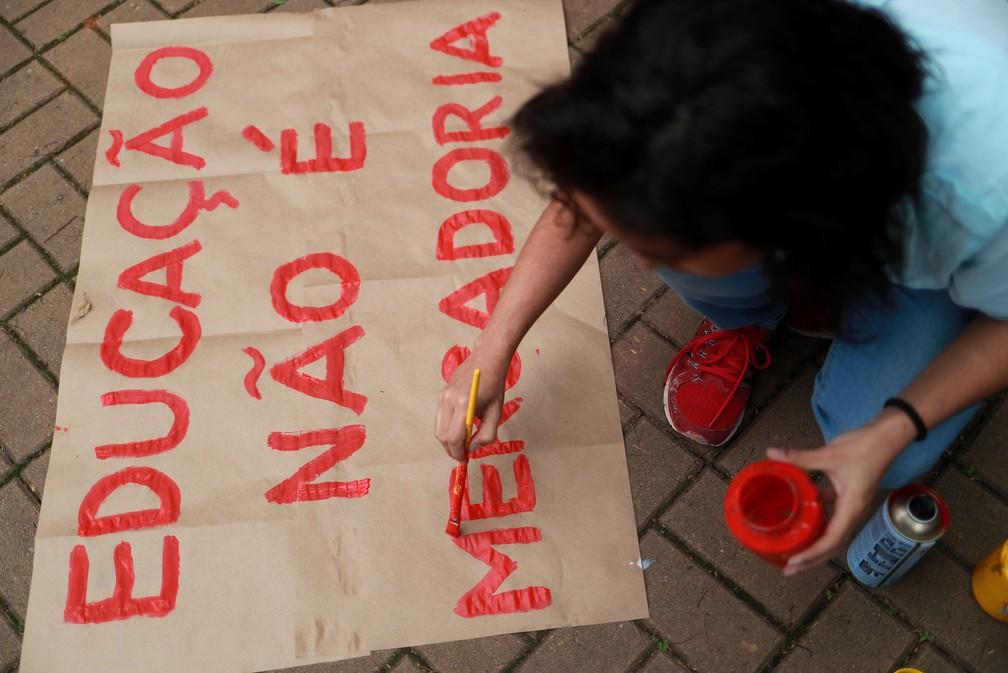 São Paulo - Estudantes da Universidade de São Paulo (USP) preparam cartazes para protestar contra os bloqueios na educação — Foto: Amanda Perobelli/Reuters