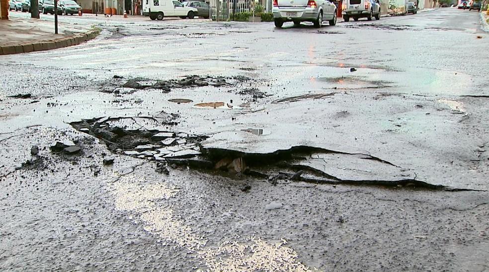 Após temporal, asfalto ficou destruído entre as ruas Paranapanema e Adalberto Pajuaba, em Ribeirão Preto (Foto: Paulo Souza/EPTV)